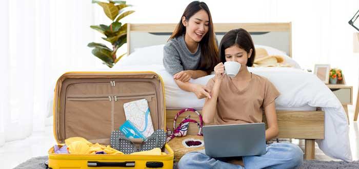 chicas-reservando-un-hotel