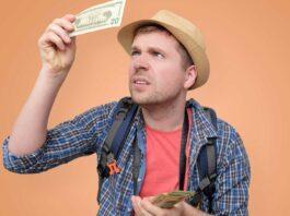 chico-revisando-dinero