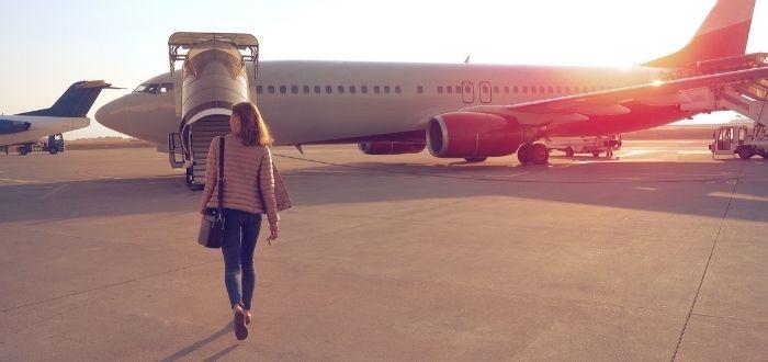 Pasajera abordando avión