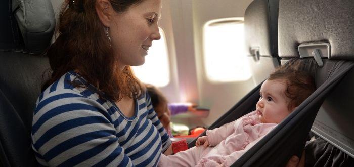 Madre con bebé en avión | Consejos para viajar en avión