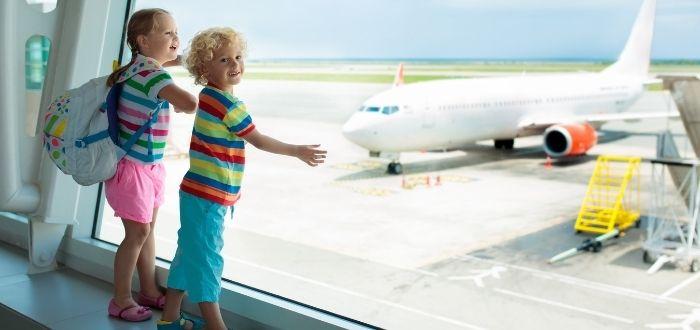 Niños en aeropuerto