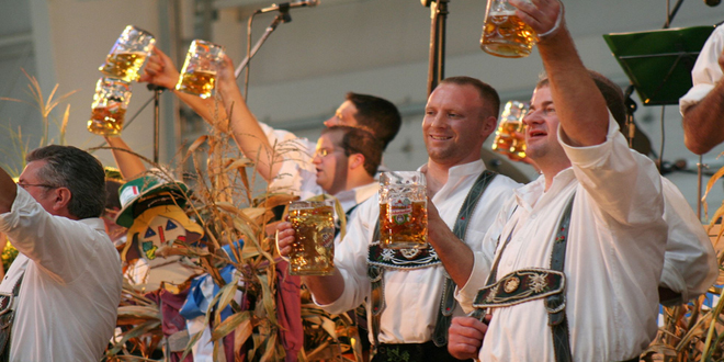 Oktoberfest, cerveza, salchichas y trenzas