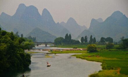 El mágico río Yulong en balsa de bambú