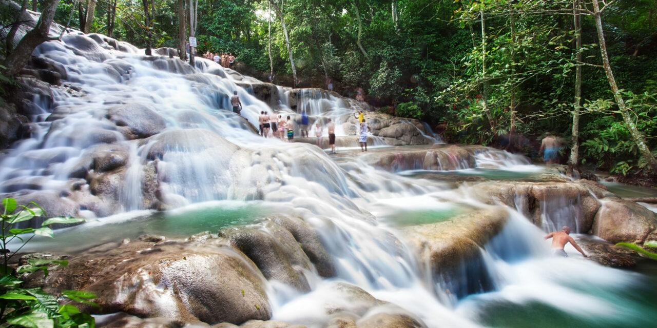 Las preciosas cataratas escalables de Jamaica