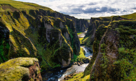 El asombroso cañón de Fjaðrárgljúfur, en Islandia