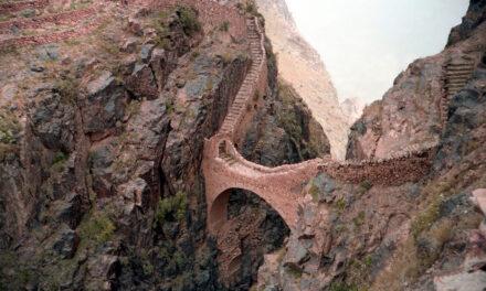 El puente de los suspiros en Shahara, Yemen