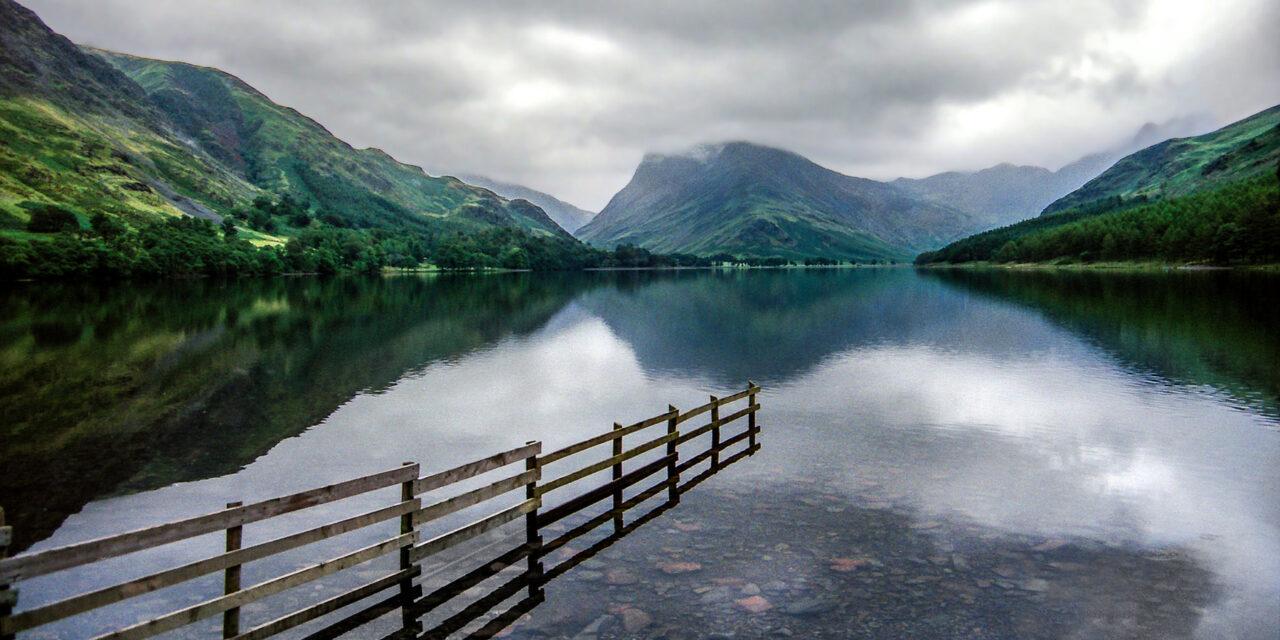 El bello lago Buttermere en Cumbria
