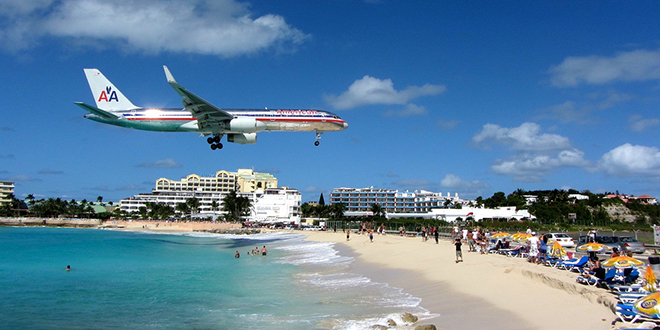 Playa de Maho Beach, junto al aeropuerto de