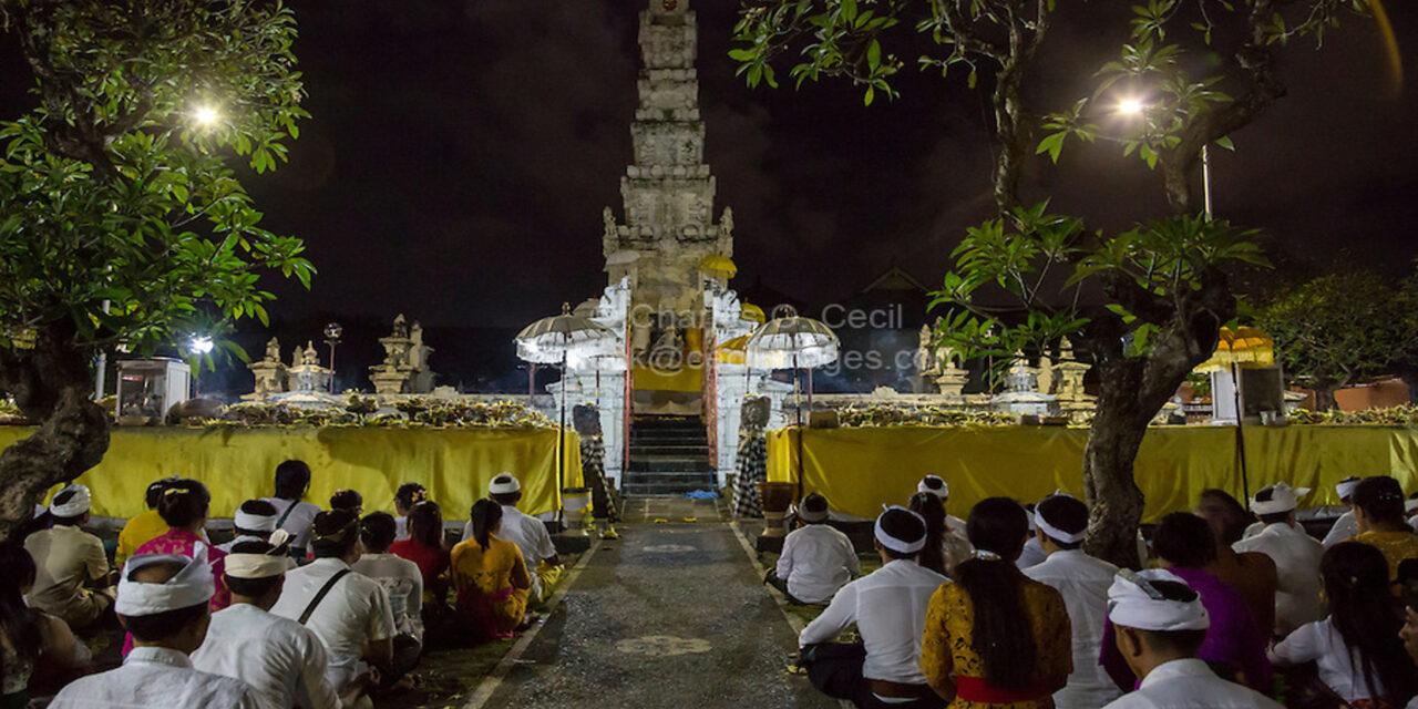Una noche de luna llena en el templo Pura Jagatnatha de Indonesia