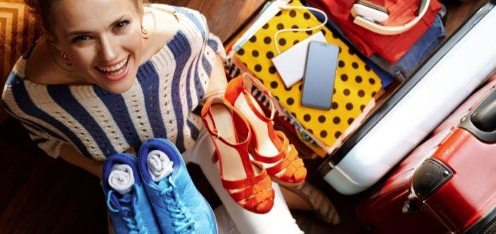 Organización de zapatos en una valija