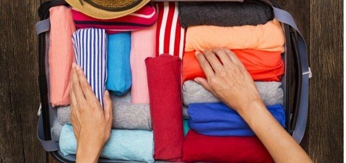 Enrolla la ropa para organizar tu maleta   Como hacer una maleta