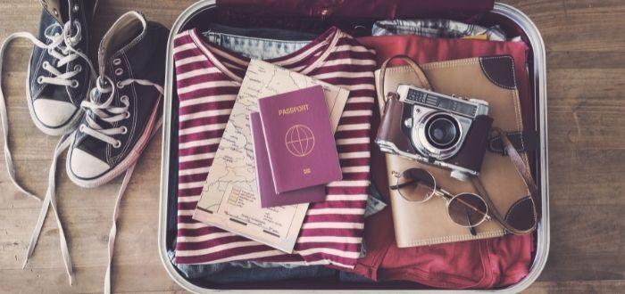 Viajero con maleta empacada   Como hacer una maleta