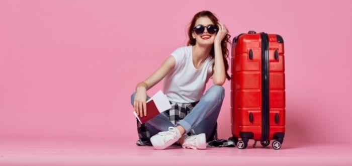 Turista con valija con accesorios organizados