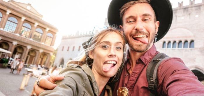 Jóvenes de viaje graciosos   Cómo hacer buenas fotos de viajes