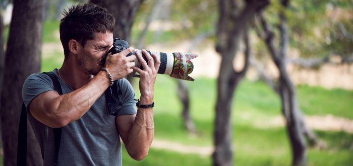 Fotógrafo en paisaje natural
