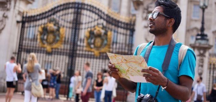 Turista con mapa de india