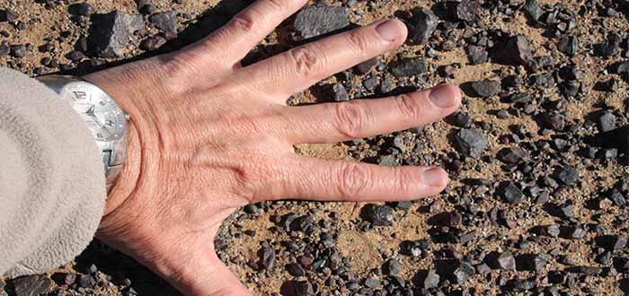 Arena y piedras del desierto