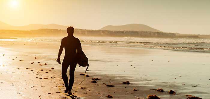 Las playas y calas de Lanzarote son las más indicadas para aprender Surf 3