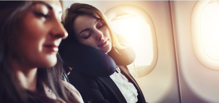 Escoger un cojín de viaje para un vuelo largo.