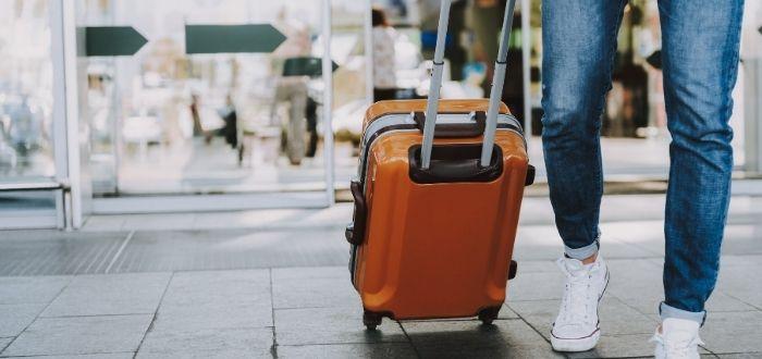 Persona viajando a estudiar inglés en el extranjero