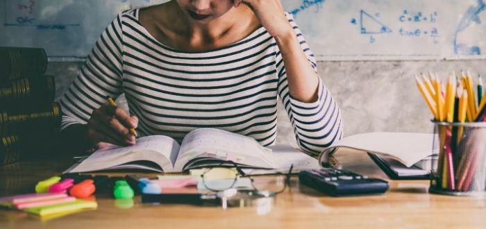 Estudiante en una mesa con libros