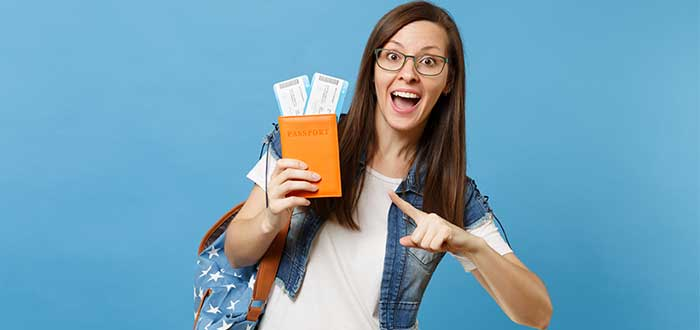 Estudiante con pasaporte y boleto de avión
