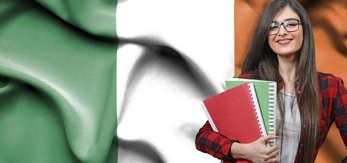 Estudiante en Irlanda con libros en las manos
