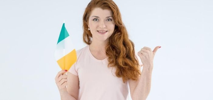 Mujer con bandera de la Isla Esmeralda