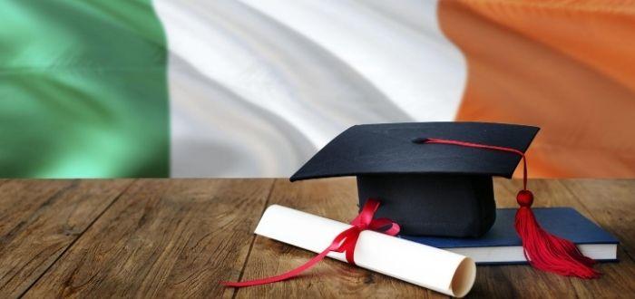 Birrete título universitario y libros
