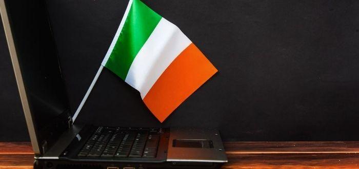 Laptop y bandera de Irlanda