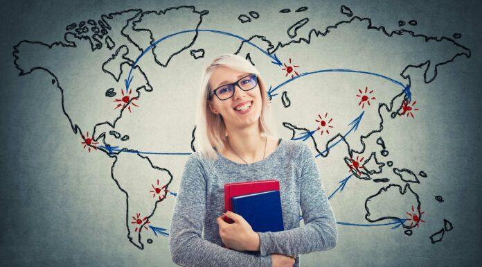 Joven estudiante sonriente mapa del mundo detrás