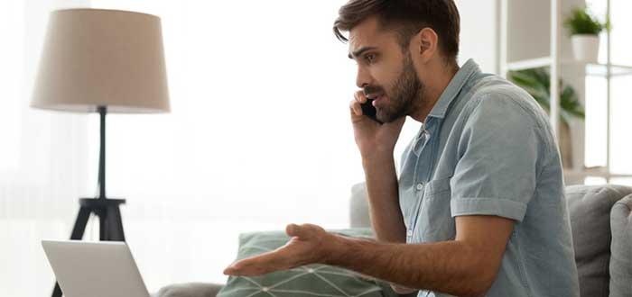 Joven preocupado hablando por teléfono