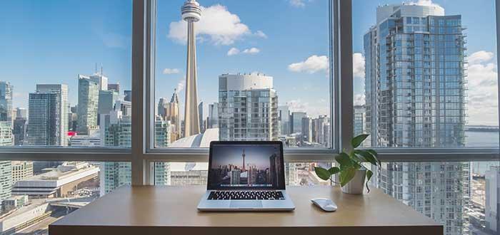 mesa-de-escritorio-vista-a-la-ciudad