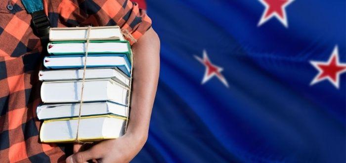 Libros apilados para estudiar en Nueva Zelanda