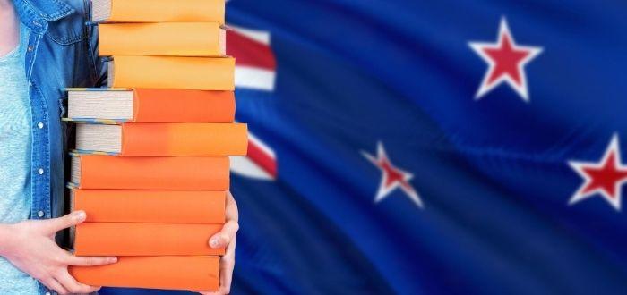 Libros para estudiar en Nueva Zelanda y bandera al fondo