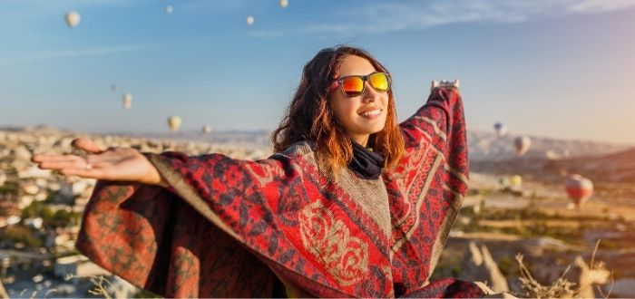 Viajero disfrutando de otra cultura