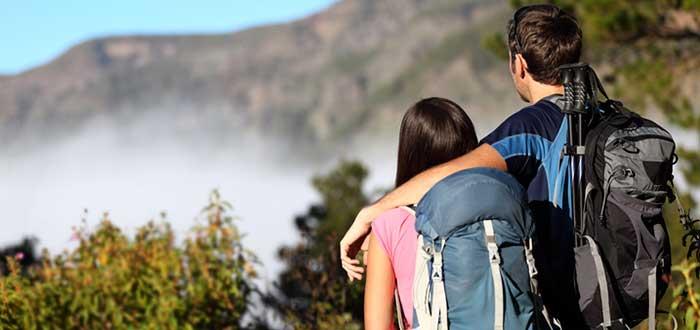 pareja-en-la-cima-de-montaña