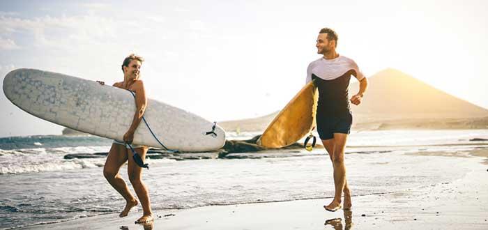 Joven pareja surfista