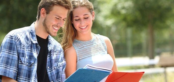 Dos jóvenes con libros en la mano para estudiar en España