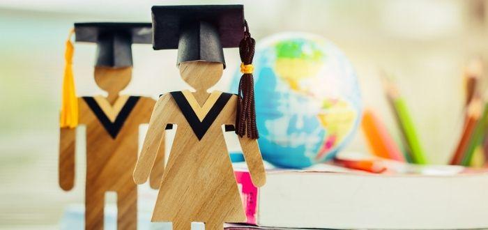 Figura de madera en graduación   Estudiar en España