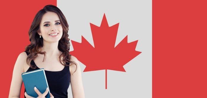 Mujer sonriente con bandera de Canadá al fondo | Vivir en Canadá