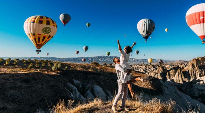 pareja-romantico-viaje-globos