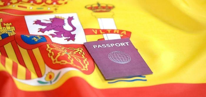 Bandera española y pasaporte
