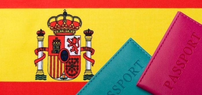 Bandera española y portapasaporte