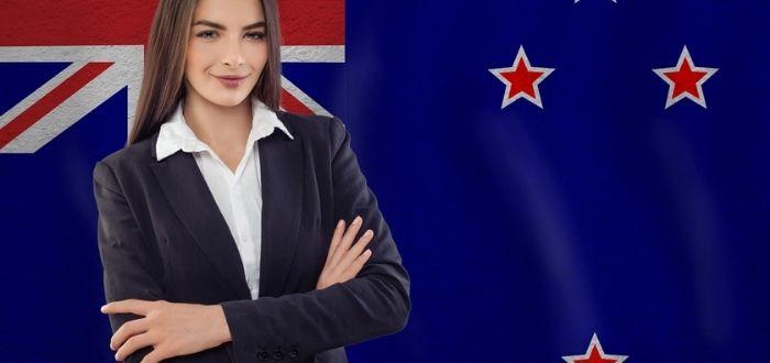 Mujer con bandera neozelandés | Trabajar en Nueva Zelanda