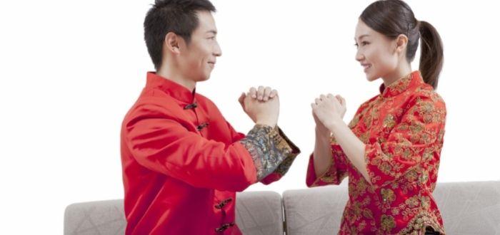 Hombre y mujer usando traje tang