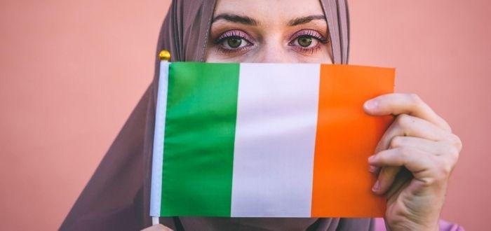 Musulmana con bandera irlandés | Trabajar en Irlanda