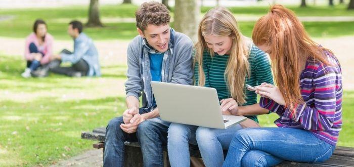 Jóvenes buscando empleo