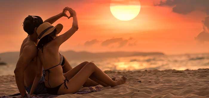 playa ibiza pareja