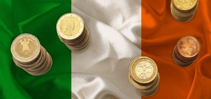 Monedas irlandesas sobre bandera nacional